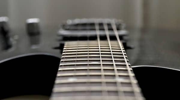 Do new guitar strings sound tinny