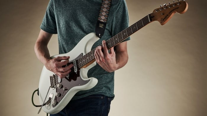 how to tell the difference between bass and electric guitar